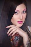 Tätowierungsmodell mit hellem Make-up Lizenzfreie Stockfotografie