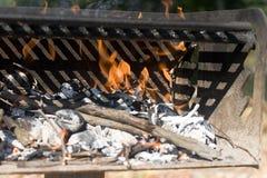 tätt brandgaller för grillfest upp Royaltyfri Foto