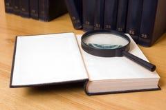 tätt exponeringsglas för bok som förstorar upp Royaltyfria Foton