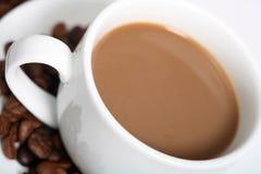 tätt kaffe upp white Arkivfoto
