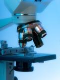 tätt linsmikroskop för blue upp royaltyfri bild