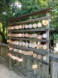 Tätt upp av Emas lilla träönskande plattor på den Yasaka relikskrin, Kyoto royaltyfri foto