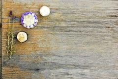 Tätt upp, bästa skott av blandade organiska, handgjorda botaniska blommaformtvålar med lavendel, på lantlig trätabellbakgrund, royaltyfri fotografi