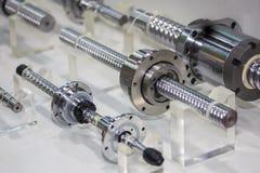 Tätt upp många format av högkvalitativt och linjär precision eller drev för ledningsskruv av maskinen på tabellen för industriell royaltyfria foton