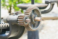 Tätt upp, mekaniskt kugghjul för rostig kugghjulmetall på dammluckabakgrunden royaltyfri foto