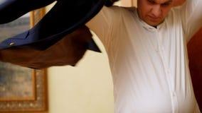 Tätt upp, sätter en man, affärsman på ett omslag, förbereder sig för ett viktigt möte brudgummen klär upp för bröllopet stock video