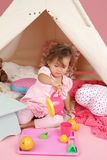 Täuschen Sie Spiel-Teeparty zu Hause mit einem Tipi-Zelt vor Lizenzfreies Stockbild