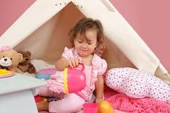Täuschen Sie Spiel-Teeparty zu Hause mit einem Tipi-Zelt vor Stockfotografie