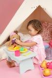 Täuschen Sie Spiel-Teeparty zu Hause mit einem Tipi-Zelt vor Lizenzfreies Stockfoto