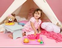 Täuschen Sie Spiel-Teeparty zu Hause mit einem Tipi-Zelt vor Lizenzfreie Stockfotos