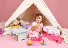 Täuschen Sie Spiel-Teeparty zu Hause mit einem Tipi-Zelt vor Stockfotos