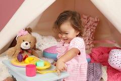 Täuschen Sie Spiel-Teeparty zu Hause mit einem Tipi-Zelt vor Lizenzfreie Stockbilder