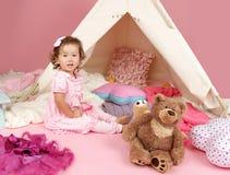 Täuschen Sie Spiel-Teeparty zu Hause mit einem Tipi-Zelt vor Stockbild