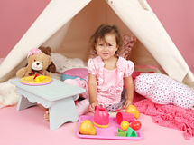 Täuschen Sie Spiel-Teeparty zu Hause mit einem Tipi-Zelt vor Stockbilder