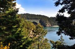 TÄUSCHUNGS-DURCHLAUF, WASHINGTON, WA, USA: Täuschungs-Durchlauf-Nationalpark Die Täuschungs-Durchlauf-Brücke ist eine zweispurige Lizenzfreie Stockfotos