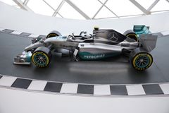 Tävlings- bil för Mercedes AMG Petronas Motorsport i den Mercedes Me concen stock illustrationer