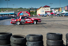 Tävlings- bil i drivastrid Arkivbild