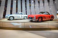 Tävlings- bil Mercedes-Benz 300 SL (W194) och den sportbilMercedes-Benz 300 SL roadster (W198) Arkivfoto