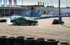 Tävlings- bil på drivastrid Royaltyfri Bild