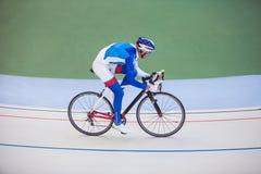 Tävlings- cyklist på den utomhus- velodromen Arkivfoto