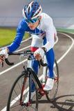 Tävlings- cyklist på den utomhus- velodromen Royaltyfria Foton