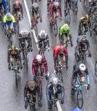 Tävlings- cyklister på den loppRund hm hålan Finanzplatz Frankfurt Arkivbild