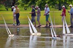 Tävlings- fjärrkontroll för folk som seglar träyachter Royaltyfria Foton