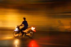Tävlings- motorcykel för olaglig gata på natten Arkivbilder
