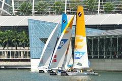 Tävlings- SAP extremt seglinglag för GAC Pindar på den extrema segla serien Singapore 2013 Royaltyfri Foto