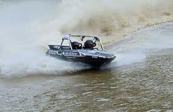 Tävlings- snabb motorbåt som konkurrerar på höga hastigheter Royaltyfria Bilder