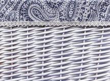 Tło od białego łozinowego kosza z tkaniny dekoracją obrazy stock