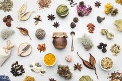 Tło od suchych leczniczych ziele, rośliny, korzenie, składniki dla robić ziołowej medycyny remediom obrazy stock