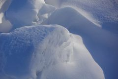 tło płatków śniegu biały niebieska zima Abstrakt Śniegów dryfy Gładkie przejścia linie światło i cień Śnieg na słonecznym dniu fotografia royalty free