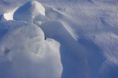 tło płatków śniegu biały niebieska zima Abstrakt Śniegów dryfy Gładkie przejścia linie światło i cień Śnieg na słonecznym dniu obrazy stock