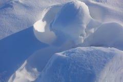 tło płatków śniegu biały niebieska zima Abstrakt Śniegów dryfy Gładkie przejścia linie światło i cień Śnieg na słonecznym dniu zdjęcia royalty free