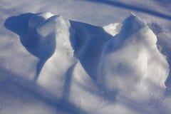 tło płatków śniegu biały niebieska zima Abstrakt Śniegów dryfy Gładkie przejścia linie światło i cień Śnieg na słonecznym dniu zdjęcia stock