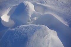 tło płatków śniegu biały niebieska zima Abstrakt Śniegów dryfy Gładkie przejścia linie światło i cień Śnieg na słonecznym dniu obraz royalty free