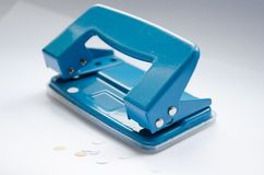 tło pod dziurą odizolowywał puncher cienia biel officemates Błękitny dziura poncz dla biura Puncher dla papieru zdjęcia stock