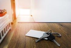 Tło pokój hotelowy ranek ciepła atmosfera i zbawczy klucz który odpoczywa na brązu drewnianym biurku zdjęcie stock