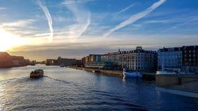 Tło z łodzią na wodzie podczas zmierzchu w Kopenhaga, Dani, Północny Europa obraz royalty free