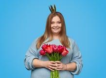 Tłuściuchna kobieta z koroną i kwiatami zdjęcia stock