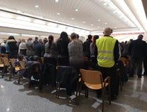 Tłum ludzie stoi przy konwencją obrazy royalty free