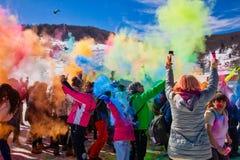 Tłumy niezidentyfikowani ludzie rzucają colour powderduring rocznego zimy wydarzenie zdjęcie stock