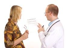 Tålmodig av en ophthalmologist Royaltyfri Fotografi