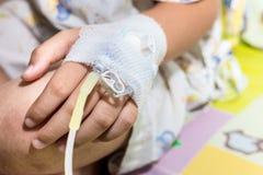 Tålmodig barnhand med salthaltigt intravenöst Arkivfoton