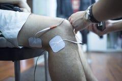 Tålmodig behandling för knäsjukgymnastikrehabiliation Arkivfoto