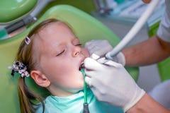 Tålmodig flicka för sunda tänder på tandläkarekontoret Royaltyfri Bild