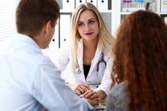 Tålmodig hand för vänlig kvinnlig doktorshåll royaltyfri foto