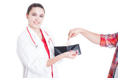 Tålmodig hand som sätter pengar i kvinnlig doktorsplånbok arkivfoto