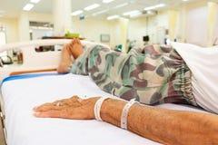 Tålmodig lögn på säng i akutmottagning Arkivfoton
